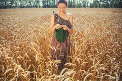 编织在麦田的少妇 免版税库存照片