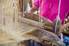 编织在织布机的丝绸 免版税库存图片