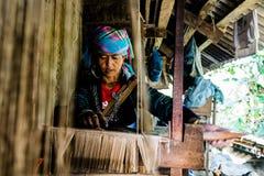 编织大麻的Hmong妇女 免版税库存照片