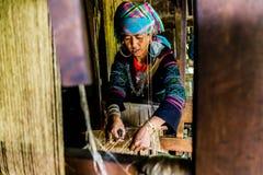 编织大麻的Hmong妇女 免版税库存图片