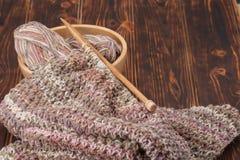 编织围巾或妇女发网 毛线球 木 库存照片