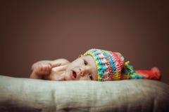 编织帽子的逗人喜爱的新出生的女婴 免版税图库摄影
