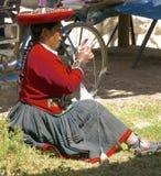 编织当地kichwa的妇女,秘鲁 免版税库存图片