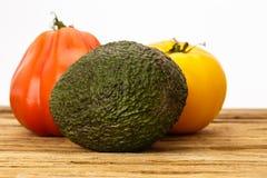 编组有白色背景的一个对蕃茄和鲕梨 免版税库存图片