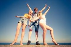 编组朋友获得男孩两的女孩室外的乐趣 免版税图库摄影