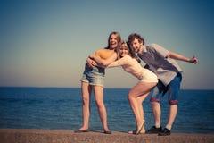 编组朋友获得男孩两的女孩室外的乐趣 免版税库存照片