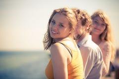 编组朋友获得男孩两的女孩室外的乐趣 库存照片