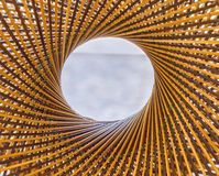 编织样式圈子并且在竹背景中间钻孔 免版税库存照片