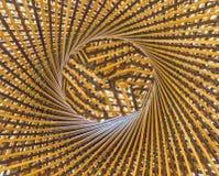 编织样式圈子并且在竹背景中间钻孔 图库摄影