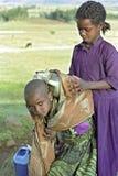 编组用力拖饮用水,埃塞俄比亚的画象女孩 库存图片