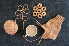 编织用咖啡和环形的脆煎肉片 图库摄影