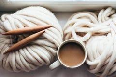 编织由窗口的冬天 免版税库存图片