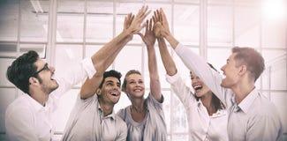 编组疗法在坐在圈子的会议上高fiving 免版税库存图片