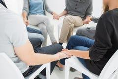编组疗法在坐在圈子的会议上 免版税库存图片