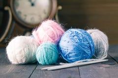 编织的五颜六色的毛线在一张棕色木桌上 图库摄影