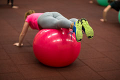编组的人pilates分类在健身房 库存照片