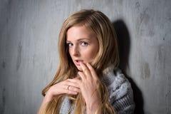 编织的性感的年轻长发白肤金发的妇女 库存图片