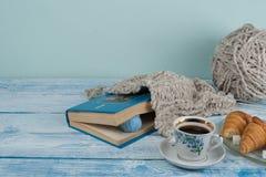 编织的手工制造礼物,母亲,父亲,情人节,冬天,五颜六色的羊毛球,围巾堆为冷的天,做 免版税图库摄影