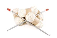 编织的缠结毛线与轮幅 免版税库存图片