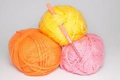 编织的羊毛在白色背景 免版税库存图片