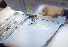 编织的衣裳的半自动机器 库存图片