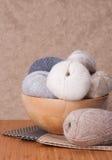 编织的辅助部件。毛线球 免版税库存图片
