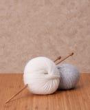 编织的辅助部件。毛线球 免版税库存照片