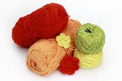 编织的辅助部件-在白色背景的丝球 库存照片