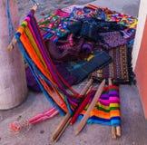 编织的Traditonal织布机与手被编织的衣物待售 免版税库存图片