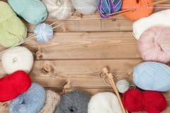 编织线程数的辅助部件球 毛线球 木编织针 复制空间 库存图片