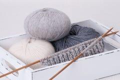 编织线程数的辅助部件球 毛线球 免版税库存照片