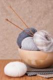 编织线程数的辅助部件球 毛线球 免版税图库摄影