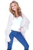 编织羊毛衫成套装备的微笑的可爱的女性 免版税库存图片