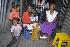 编组肯尼亚妇女和他们的孩子画象  库存照片