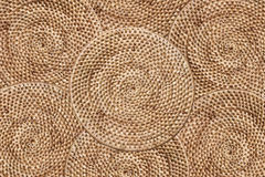 编织藤条纹理背景,安排传统层数被编织围绕盘子,纹理背景 库存照片