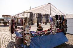 编织袜子和手套在赫尔辛基市场上的老芬兰夫人 图库摄影