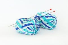 编织针和毛线在白色背景 免版税库存图片