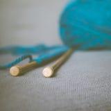 编织针和羊毛减速火箭的样式特写镜头  免版税库存图片