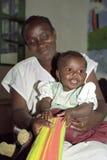 编组骄傲的肯尼亚母亲画象有孩子的 免版税图库摄影