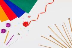 编织,缝合和在白色背景的钩针编织工具 免版税库存照片
