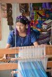 编织tissus的一名玛雅妇女的画象 库存照片