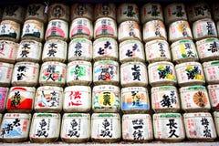 缘故桶被堆积在入口对meiji祀奉东京 库存图片