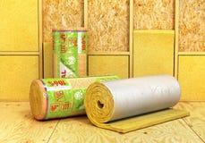 绝缘材料玻璃棉卷在木背景的 insulatio 免版税库存照片