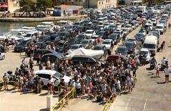 缘膜Luka,克罗地亚- 2017年8月19日:等待fo的汽车和人们 库存照片