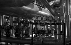 缚住在管道系统里面的设备工厂 免版税库存照片