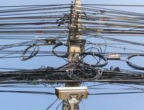 缚住导线在电源杆的电话线 图库摄影