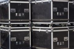 缚住案件和飞行案件安全地运输音乐设备 库存图片