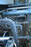 缚住设备管道系统的工厂 库存照片