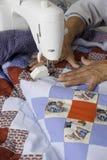 缝制爱国被子的Quilter机器 库存照片
