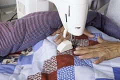 缝制爱国被子的Quilter机器 免版税图库摄影